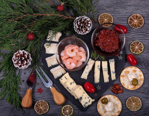Cibo italiano piatto con decorazioni natalizie