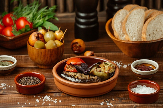 Cibo locale, peperoni di melanzane e dolma di pomodoro, ripieni di carne