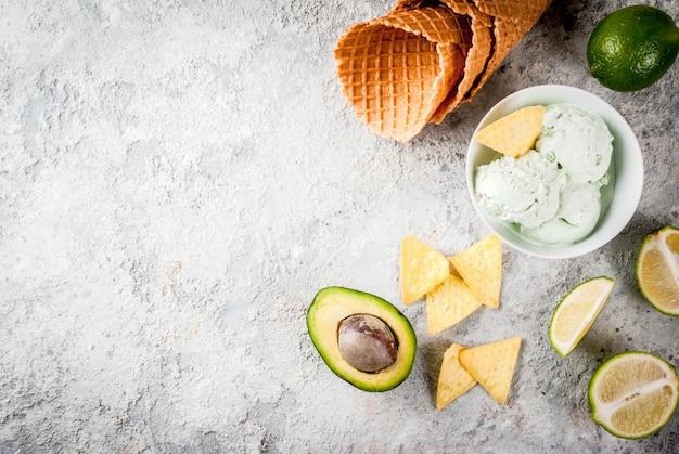 Cibo messicano, gelato biologico fatto in casa al lime e avocado, con coni gelato, fette di tortilla dolce. su un tavolo di pietra grigia, copyspace