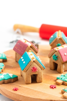 Cibo natalizio, biscotti di natale, case di panpepato e albero di natale