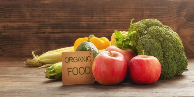Cibo organico. varie verdure e frutta sulla tavola di legno