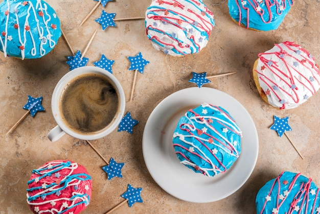 Cibo per il giorno dell'indipendenza. 4 luglio. ciambelle americane tradizionali con glassa nei colori della bandiera degli stati uniti