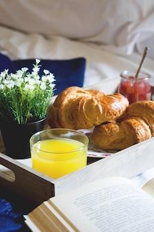 Cibo per la colazione sul letto all'interno di una camera da letto
