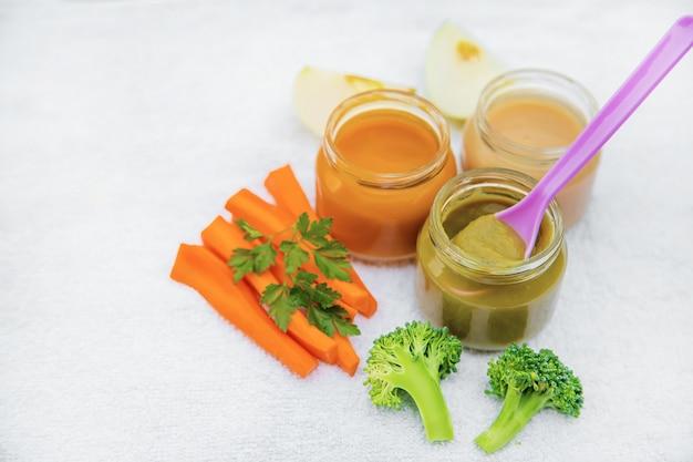 Cibo per neonato. purè di verdure e frutta in barattoli