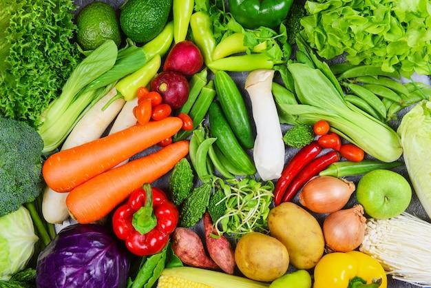 Cibo pulito misto di frutta e verdura sana per la salute