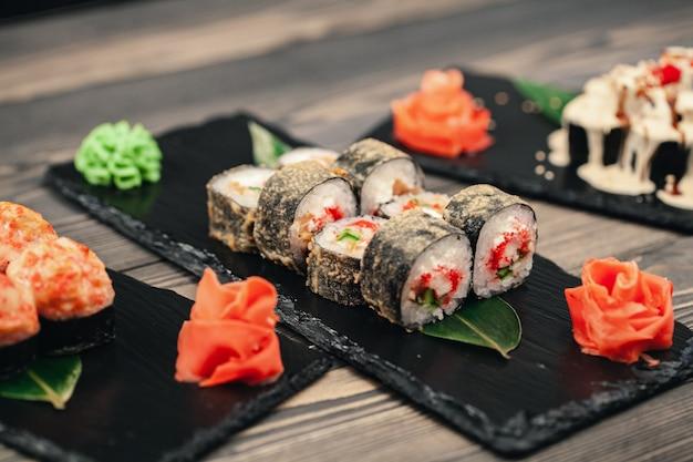 Cibo salutare. ristorante giapponese. rotolo di sushi sul nero
