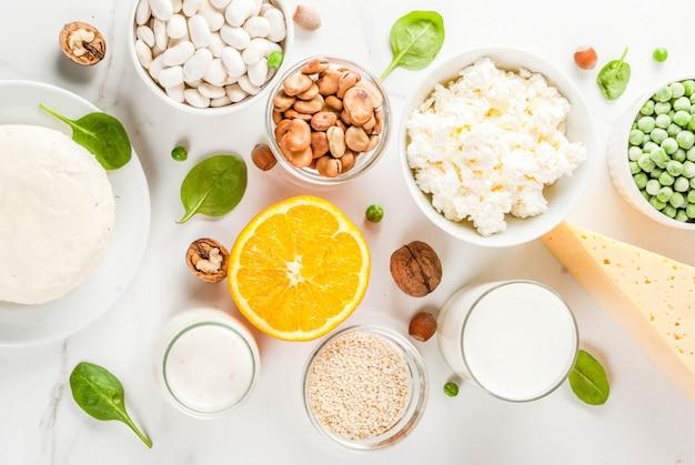 Cibo salutare . set di alimenti ricchi di latticini di calcio e prodotti vegani ca, vista dall'alto in marmo bianco