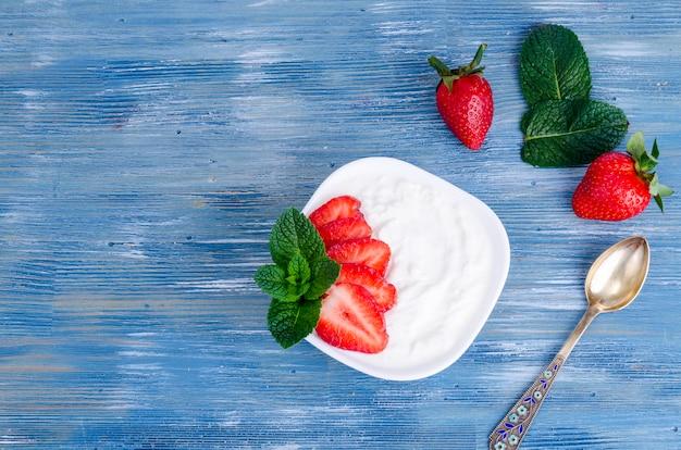 Cibo salutare. yogurt bianco naturale con fragole fresche.