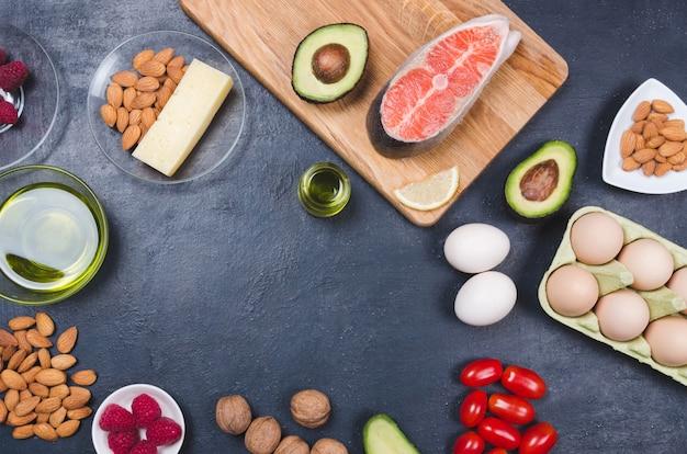 Cibo sano a basso contenuto di carboidrati su sfondo nero. concetto di dieta cheto