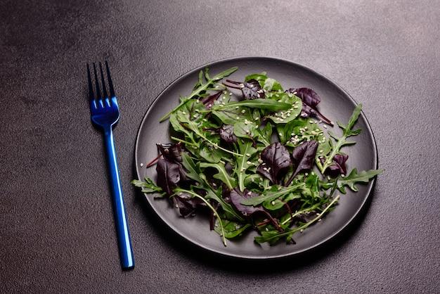 Cibo sano, mix di insalate con rucola, spinaci, sangue di toro, foglie di barbabietola e micro verdure.