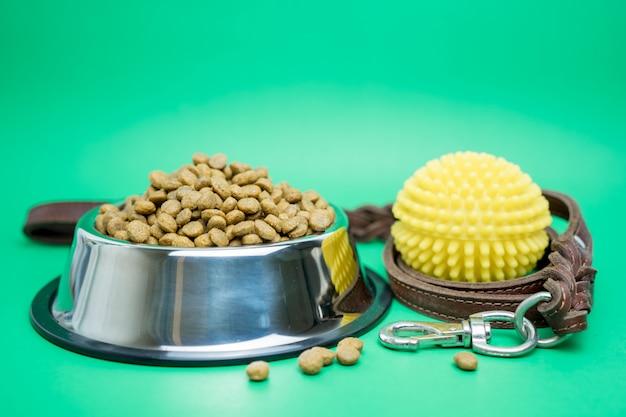 Cibo secco e forniture per animali domestici per il concetto di cane o gatto