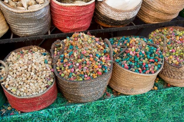Cibo secco e spezie per la vendita in una bancarella del mercato, medina, marrakech, marocco