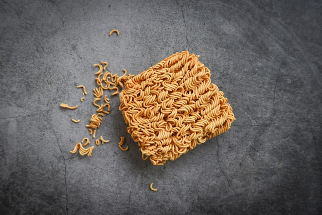 Cibo spazzatura spaghetti istantanei o dieta fast food cibo malsano