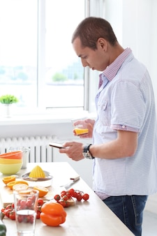 Cibo. splendido uomo in cucina