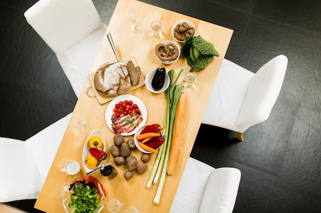 Cibo sul tavolo in cucina