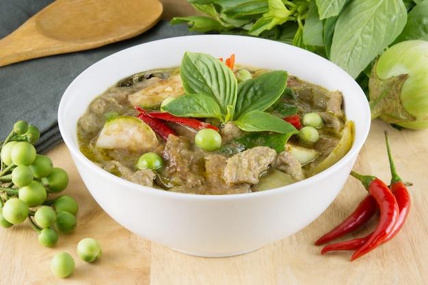 Cibo tailandese chiamato gang keow wan; curry verde nella ciotola bianca