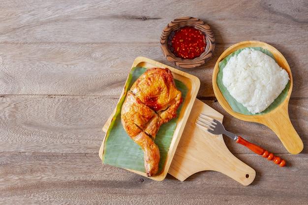 Cibo tailandese pollo fritto e salsa di peperoncino