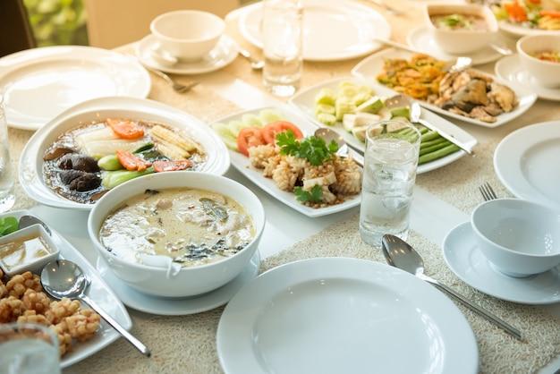 Cibo tailandese pronto da mangiare metti sul tavolo
