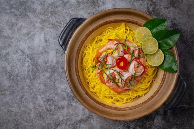 Cibo tailandese settentrionale (gamberi khao soi), spaghetti piccanti decorati con ingredienti.