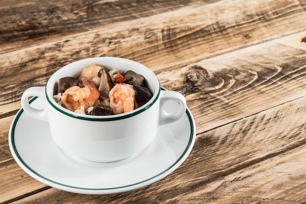 Cibo tipico per capodanno, tagliatelle di udon con funghi e gamberi