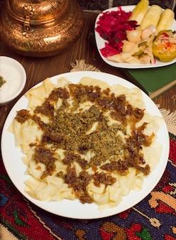 Cibo tradizionale caucasico, khinkali, khingal servito con turshu.