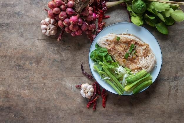 Cibo tradizionale tailandese, tagliatelle e ingredienti da cucina