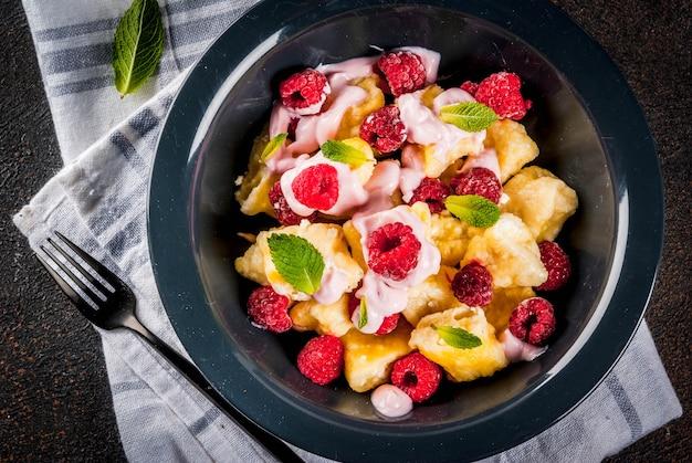 Cibo ucraino, russo, vareniki pigro; gnocchi di cagliata o formaggio con lamponi freschi crudi