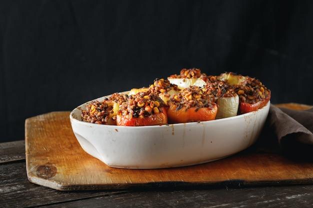 Cibo vegetariano sano ñ salsa di mais lenticchie ripiene di peperoni ripieni