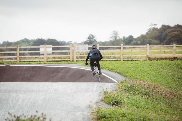 Ciclista che guida la bici bmx nello skatepark