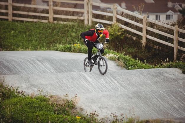 Ciclista che guida la bici bmx