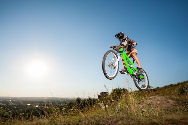 Ciclista con la sua bici in montagna
