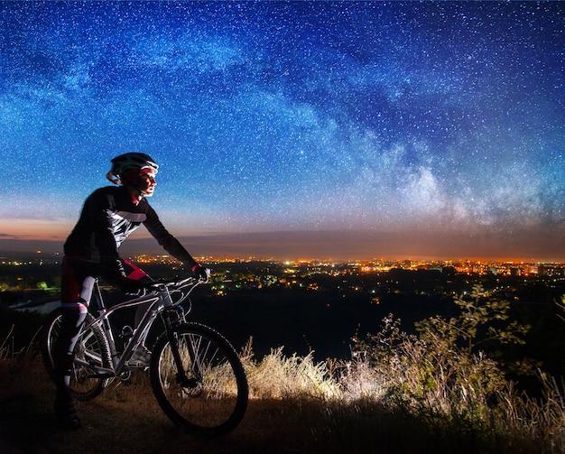 Ciclista con mountain bike in cima alla collina
