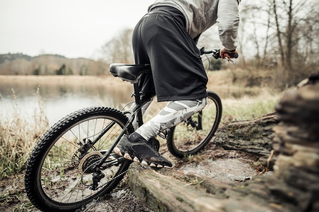Ciclista in bicicletta vicino al lago