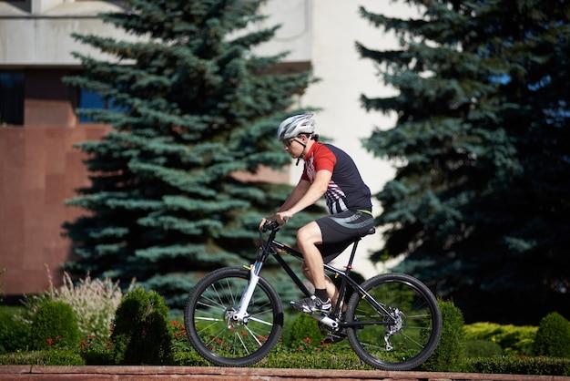 Ciclista maschio allenamento su strada