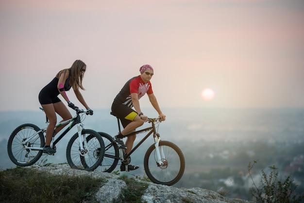 Ciclista su biciclette di montagna