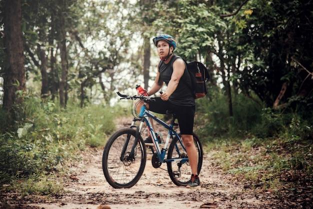 Ciclista su sunny day. foto di viaggio di avventura di punta