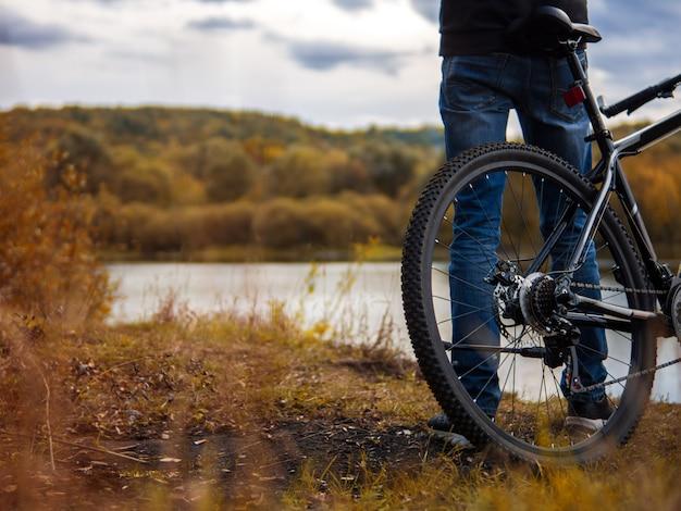 Ciclista sulla riva del fiume. stile di vita autunnale