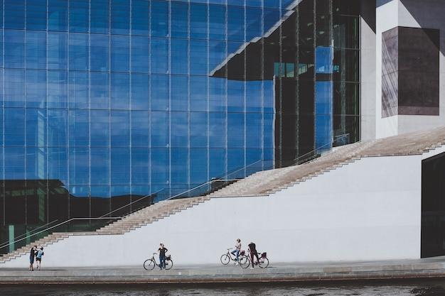 Ciclisti davanti a un'enorme scalinata di un edificio governativo a berlino