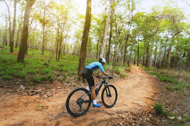 Ciclisti del ciclista in mountain-bike che si preparano nella foresta