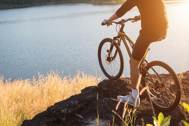 Ciclo di attrezzature indietro pista roccia