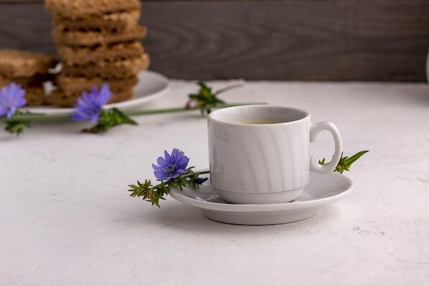 Cicoria bevanda dietetica in una tazza, sostituto del caffè
