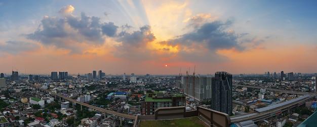 Cielo al crepuscolo e skytrain nel centro della città