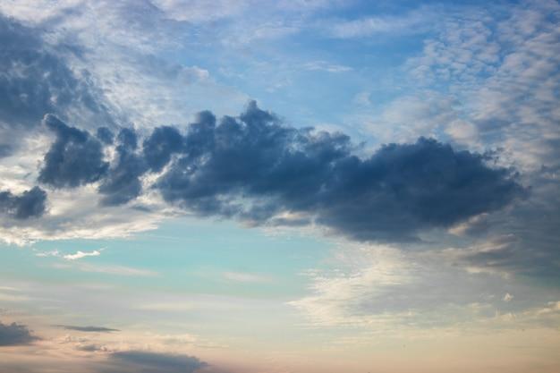 Cielo al tramonto arancia ardente. cielo in una bella luce dell'alba, sfondo naturale