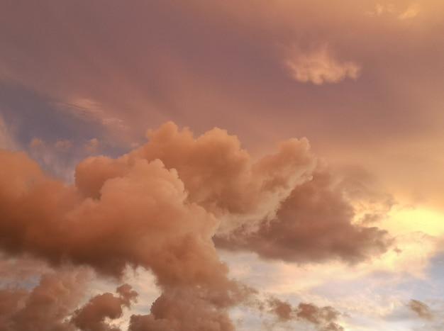 Cielo al tramonto con sfondo di colore dorato morbido