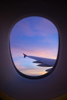 Cielo al tramonto dalla finestra dell'aeroplano