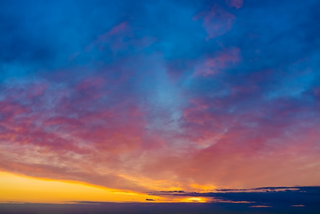 Cielo al tramonto drammatico al crepuscolo colorato