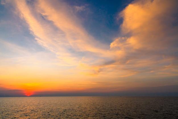 Cielo al tramonto sopra il mare