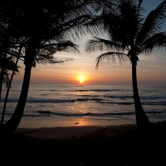 Cielo al tramonto sulla costa rica