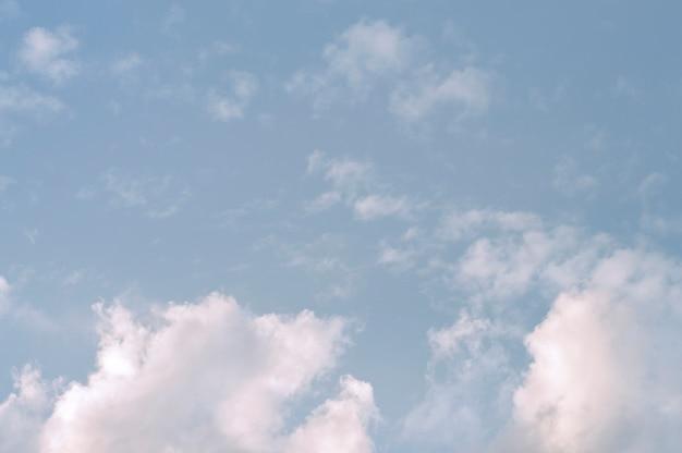 Cielo azzurro con nuvole bianche