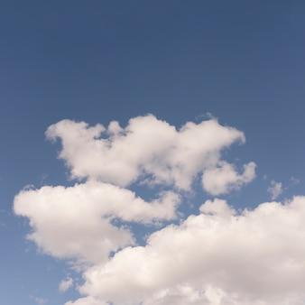 Cielo azzurro con soffici nuvole